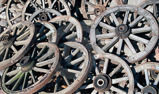 pile-old-wagon-wheels-7049731